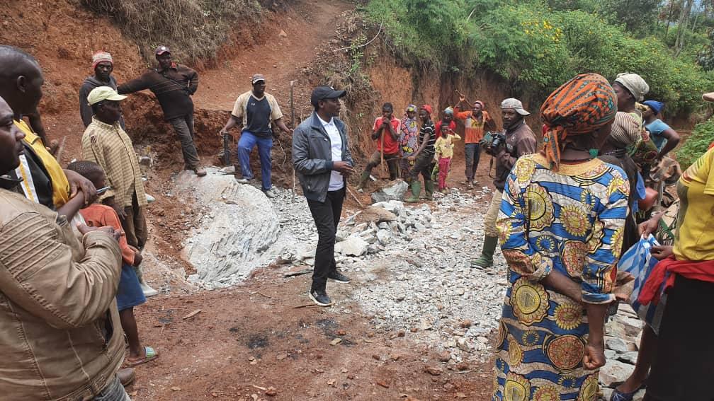 Investissement humain à Fongo-Tongo : les populations de Menieuh surprises positivement par la visite du Maire Paul DONGUE
