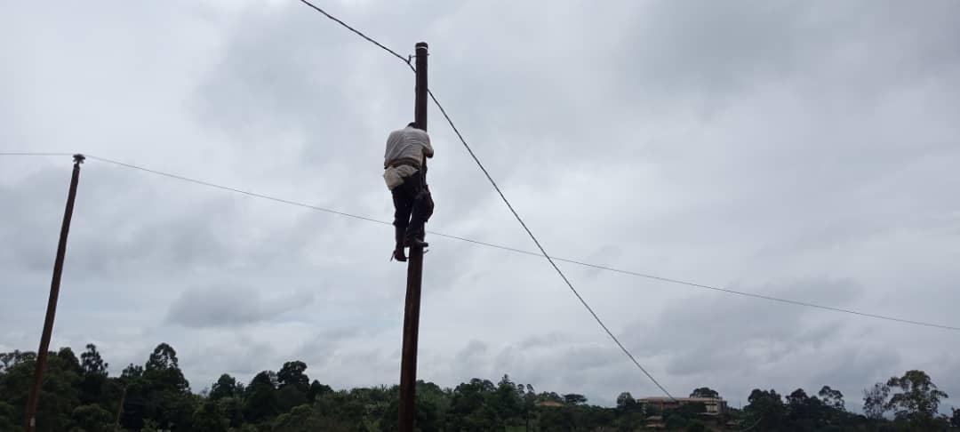 Croisade contre les poteaux électriques tombés à Fongo-Tongo : pas de court circuit avec l'offensive de la mairie